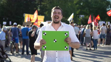 gösterici : One 20s Protester Defended his Rights 4K and is Happy with Result of the Protest Stok Video