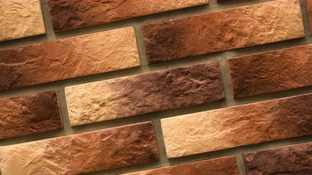 кирпичная кладка : Rotation of red decorative brick with cracks. Brickwork background. Figure block. Clear place for your isolated text pattern. Empty space for your title copy space. Copyspace logo to blank design.