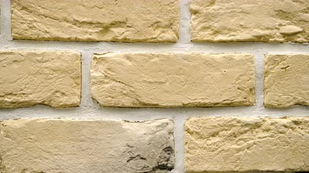 кирпичная кладка : Panorama of yellow decorative brick for home. Brickwork background. Figure block. Clear place for your isolated text pattern. Empty space for your title copy space. Copyspace logo to blank design.
