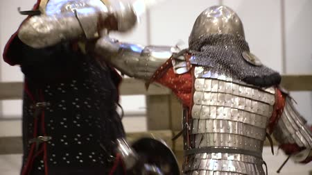 rytíř : Medieval Knight Battle Exibition Center Event. Male Performer Wearing Protective Metal Armor. Ancient Warrior Sword Fight. Traditional Middle Age Performance Footage Shot Full HD 1080p Dostupné videozáznamy