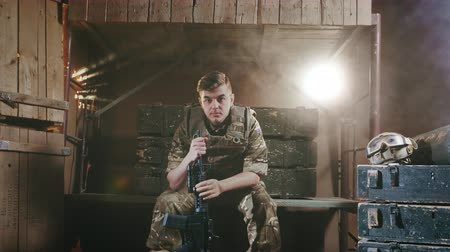 охранять : Portrait of an English military sad man. Soldier with a machine gun in the army. Young adult 20s. National patriot in london. Patriotic nationalism. Officer for safety. Operation of security in camp.