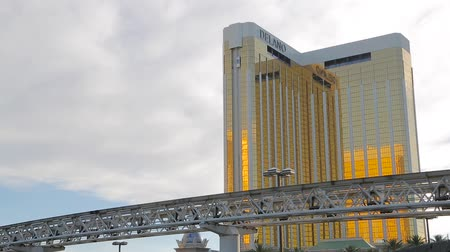 winda : Las Vegas, Nevada - April 2017: The elevator moves from the outside of the Mandalay Bay hotel. The golden facade of Mandalay Bay. Landscape of Las Vegas