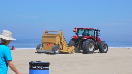 vybírání : Los Angeles, California - April 2017: Garbage collection on the beach in California. Special equipment cleans sand on the beach. Workers from the municipal maintenance company clean Beach.