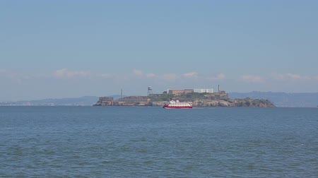 pacífico : Tourist boat sails near the island of Alcatraz. Alcatraz Island is one of the most famous tourist attractions of San Francisco. Vídeos
