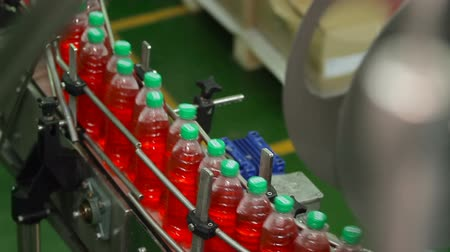 средства : Production line for bottling bottles. Bottling of juice in plastic bottles. Стоковые видеозаписи