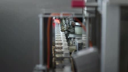 iogurte : Dairy products in tetra packaging are moving along the conveyor at a dairy factory.