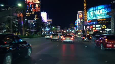 расплывчатый : Las Vegas strip driving shot at night. POV Driving in Las Vegas - 4K. Auto rides down the main street in Las Vegas. Стоковые видеозаписи