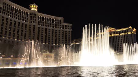 water show : Las Vegas, Nevada - April 2018: Bellagio Hotel Casino by night, Las Vegas Famous Show. Bellagio fountain water show at night in Las Vegas. Fountains of Bellagio. 4k video night shooting. Stock Footage