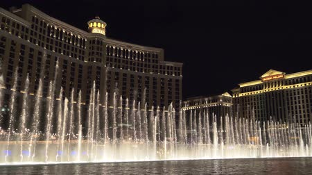 bellagio : Las Vegas, Nevada - April 2018: Fountains show in Las Vegas. Bellagio Hotel. Fountains at Bellagio Hotel and Casino in Las Vegas. 4k video with panoramic shooting and ambient sound. Stock Footage
