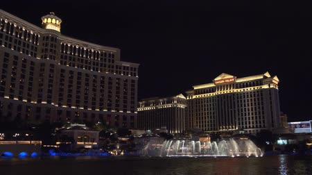bellagio : Las Vegas, Nevada - April 2018: Bellagio fountain water show at night in Las Vegas. Fountains at Bellagio Hotel and Casino in Las Vegas. Musical Show Fountains in Las Vegas. 4k video night shooting. Stock Footage