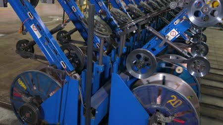 aro : Tire production machine close up. Steel wire coils at a tire factory. Reinforced steel bronze wire side ring on tire. Wire reinforcement of modern tires in a factory. Modern tire production machine.