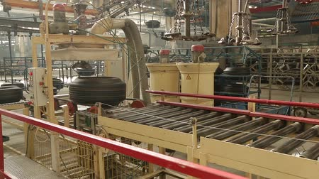 kütük : Tire moves on the conveyor to the sorting warehouse. Tire blanks move on the conveyor through the shop. Production process of tires on modern equipment in the factory. Manufacture of automobile tyres.