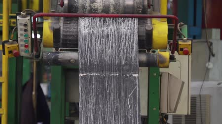 složka : Machine for processing rubber compound into a rubber band. Machine with large shafts kneads rubber compound. The use of rubber for industrial purposes. Recycling rubber in a large enterprise.