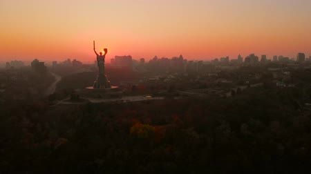 미드 타운 : Motherland monument at sunset in Kiev, Ukraine. Sunset in Kiev, evening view of the panorama of the city, the statue of the Motherland. Evening color urban landscape. Aerial view, video footage.