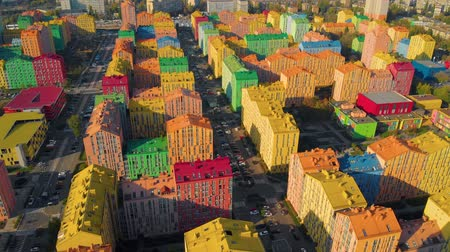 construtor : Colorful houses in Comfort Town district in Kyiv. Panoramic aerial view of colorful (red, green, blue, yellow) buildings on city street. Top aerial view panoramic video. Horizontal panorama.