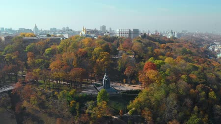 príncipe : Kiev City the capital of Ukraine. Autumn day on Vladimirskaya Gorka in Kiev. View of the Monument to Vladimir the Baptist. Aerial view, video footage.