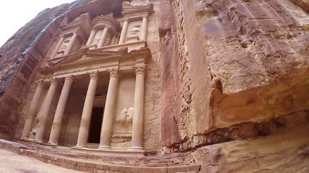 kamenné zdivo : Treasury Facade Carved Out of a Red Rock Sandstone In Ancient City of Petra. View of the City of Petra. Petra View of the City From the Bottom Up. Beautiful Historic Building. Wide angle video