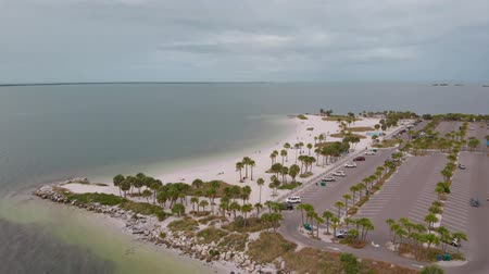 molas : Drone flies around Howard Park Beach on the background of the Gulf of Mexico, aerial view. Howard Park Beach on a cloudy cloudy day, view from the drone. Panoramic view of Howard Park Beach, aerial. Vídeos