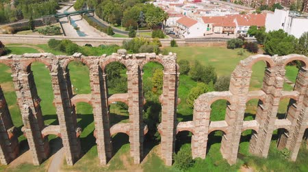 antikvitás : Aqueduct of the Miracles in Merida, panoramic aerial view, Spain. Los Milagros Roman aqueduct, Merida. Badajoz province, Extremadura, Spain. Stock mozgókép