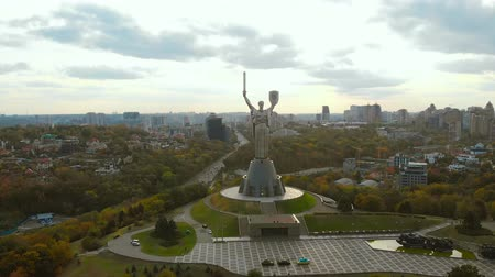 пьедестал : Monument of Motherland Mother in Kiev at autumn. Front view of the Mother Motherland monument, flying around, the buildings of a big city in the background, Kiev, Ukraine. Aerial view, autumn time.