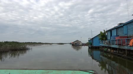 kamboçyalı : Tonle Sap, Cambodia - December 31th 2016: Daily life in the Cambodian village of Ponley, on the banks of the Tonle Sap lake.
