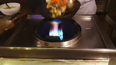 Preparation of a tasty dish of vegetables sauteed in the wok