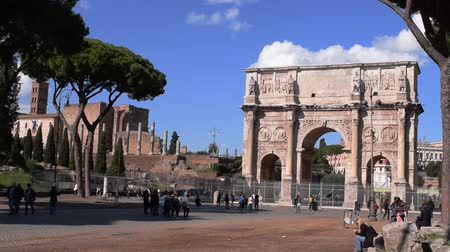 costantino : March 8th 2020, Rome, Italy: View of the Arch of Constantine with few tourists due to the coronavirus epidemic
