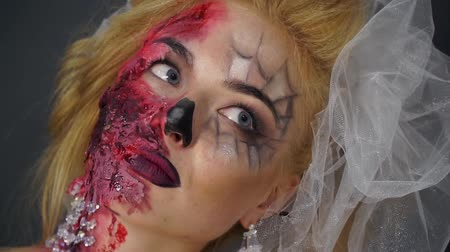 feiúra : Dead bride with beautiful makeup for Halloween rolls his eyes and stares