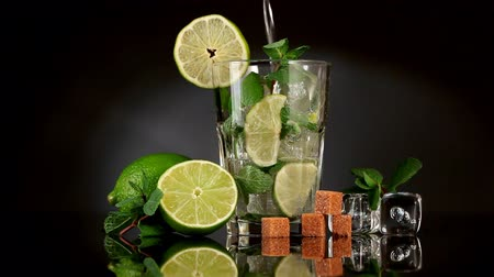 menta : Pouring soda in mojito
