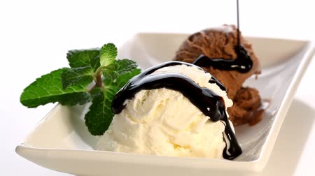 dondurma : Pouring chocolate syrup over ice cream Stok Video