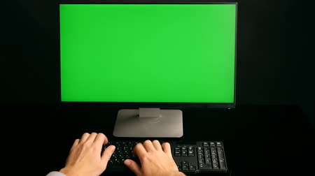 teclado : Hands typing keyboard. Green screen PC. Ultra HD, 4K