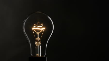 bulbo : Light bulb over black background. 4K, UHD Vídeos