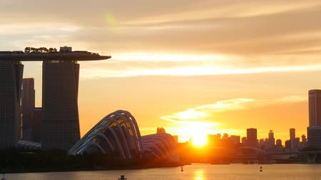 malajsky : Panning shot of Singapore  sunset. UHD, 4K