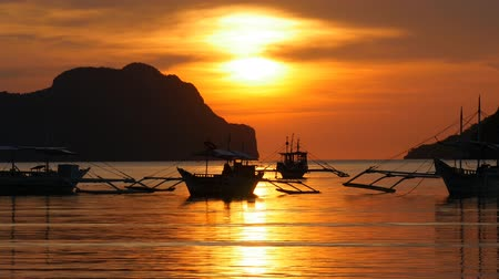 Острова : Traditional filippino boats at El Nido bay in sunset lights. Palawan island, Philippines Стоковые видеозаписи