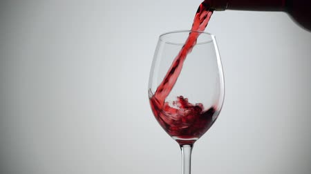beyaz şarap : Slow motion shot of Pouring red wine into glass