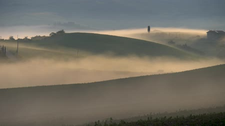 тосканский : Tuscany foggy hills at sunrise, Italy. Panning shot, 4K