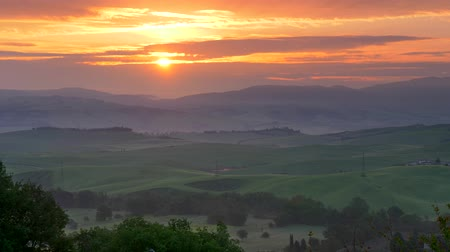 тосканский : Green fields of Tuscany at sunrise. UHD, 4K Стоковые видеозаписи