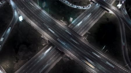 passagem elevada : Traffic on freeway interchange. Aerial night view timelapse city traffic. UHD, 4K