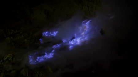volkan : Blue flame of burning sulfur at the Ijen volcano complex, East Java, Indonesia.