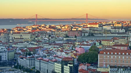 lizbona : Panning shot of a sunrise at a bank of Tagus river in Lisbon, Portugal. 4K, UHD