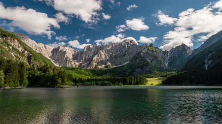 ドロミテ : Alpine Italy. Landscape with mountain lake, forest, mountains and clouds. Time lapse, 4K