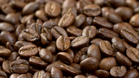 kávové zrno : Coffee beans background. Close up shot of rotating roasted coffee beans. 4K, UHD