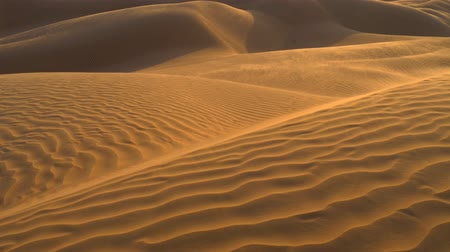 дюна : Desert sand dunes ripples in the wind. UHD, 4K Стоковые видеозаписи