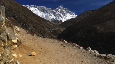 tybet : Nepal. Walking the Everest Base Camp Trek. Snowy Mount Everest is seen in the background. 4K