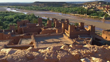 fortificado : Clay houses of Ait Ben Haddou, Morocco near Ouarzazate in the Atlas Mountains. Ait Ben Haddou is a fortified village (ksar) along the former caravan route between the Sahara and Marrakech. UHD Stock Footage