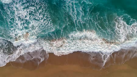 tyrkysový : Sea or ocean surf wave. Foamy ocean waves rolling and coming on a sand beach. Aerial top down shot, 4K Dostupné videozáznamy