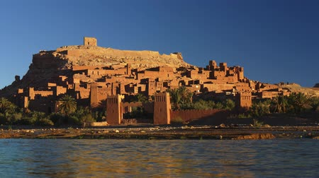 rota : Water running fast at Ait Ben Haddou, Morocco during a bright sunny day. Fortified village (ighrem, ksar) on the former caravan route between Marrakesh and Sahara desert. UHD Vídeos