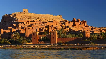 fortificado : Ait Ben Haddou, Morocco during a bright sunny day. Fortified village (ighrem, ksar) on the former caravan route between Marrakesh and Sahara desert Stock Footage