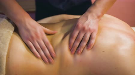 глубоко : Young man on wellness treatments sports massage closeup Стоковые видеозаписи