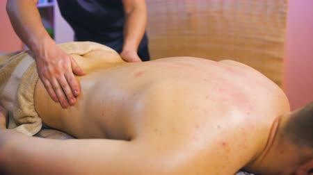 terapia : Young man on wellness treatments sports massage closeup Vídeos